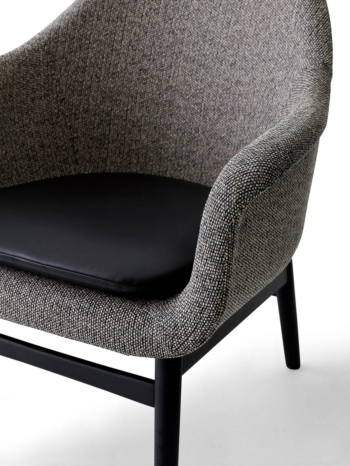 9255569 Harbour Lounge Low back Black oak Savanna 152 Shade pitch black cushion close up 1